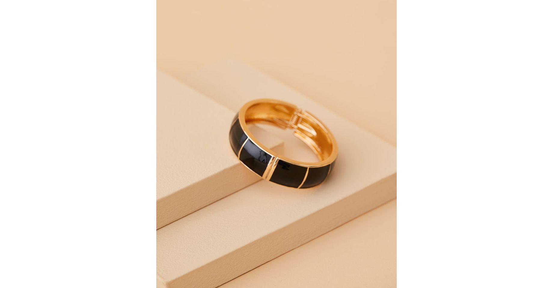 pulseira-dourada-com-detalhes-pretos-brooklyn